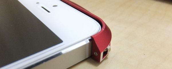 Deff CLEAVE ALUMINUM BUMPER for iPhone 5 左側を取り付け